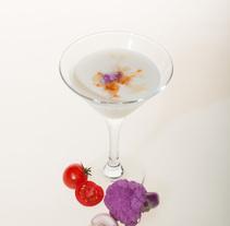 Gazpacho de coliflor morada y almendras con virutas de coco crudo crujientes.. Um projeto de Fotografia de Irene Davia Martínez         - 16.08.2016