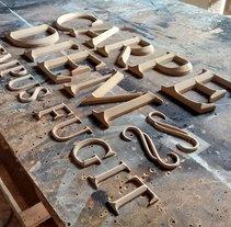 Carpe Diem, diseño y fabricación de letras con acabado chapa de oro. A Design, Advertising, Crafts, Product Design, T, and pograph project by Daniel Fermin         - 23.11.2016